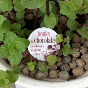 "crachá ""books & chocolate is always a good idea"""