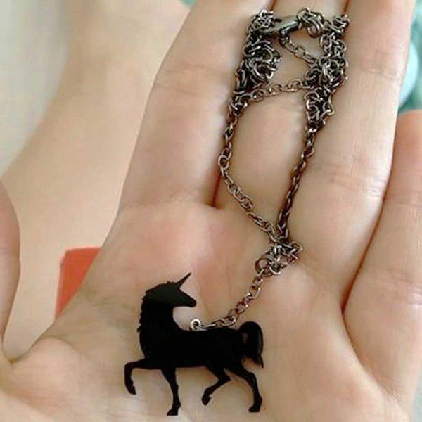 colar unicornio preto